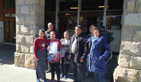 Presenten més d'un miler de signatures contra el tancament de l'escola Àngel Guimerà de Balaguer