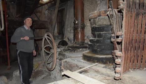 L'alcalde, Ignasi Finestres, mostra l'antic molí d'oli.