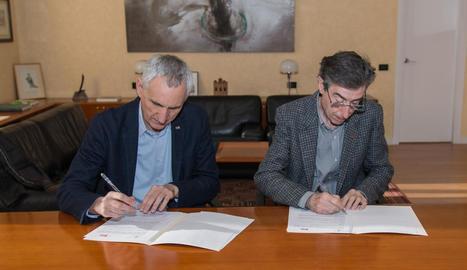 El director de l'IRTA i el rector de la UdL, al firmar el conveni.