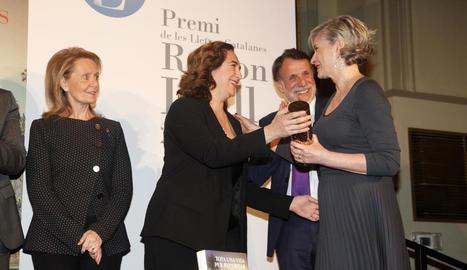 La consellera Vilallonga i l'alcaldessa Colau, ahir a l'entrega del premi Ramon Llull a Núria Pradas.
