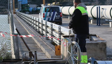 La reparació de la presa d'aigua del Segrià Sud a l'Ebre, on fa una setmana es va robar el cable de coure de les connexions.