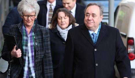 Salmond, a la dreta, a l'arribar als jutjats.