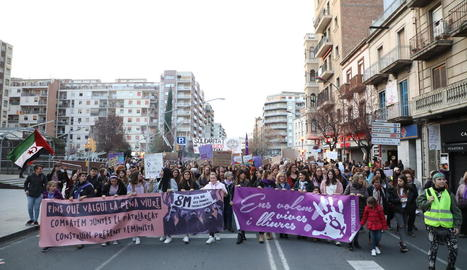 A l'esquerra, la manifestació convocada per la Marea Lila i a la dreta, la de la Coordinadora 8M.