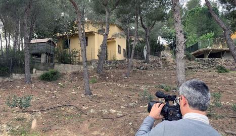 Una càmera pren imatges de l'habitatge on va tenir lloc el crim, a Vilanova de Castelló.