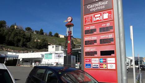 Cartell amb les cotitzacions dels diferents combustibles en una estació de servei a Lleida, ahir.