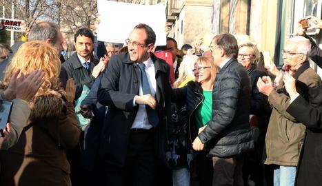 Josep Rull, aplaudit pels veïns que li van donar la benvinguda i el conseller Damià Calvet.