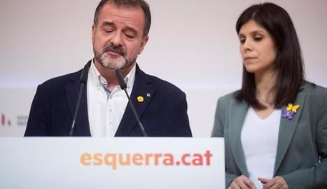 Alfred Bosch acompanyat de Marta Vilalta mentre anunciava la dimissió a la seu d'ERC.