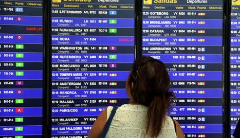 Una usuària a l'aeroport del Prat de Barcelona.