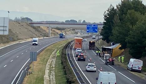 Una imatge del camió bolcat aquest dimarts a l'autovia a Alpicat.