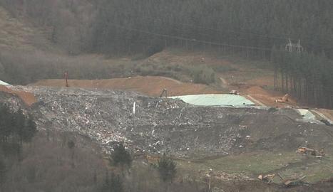 L'abocador de Zaldívar (Biscaia) es va desplomar sobre dos operaris.