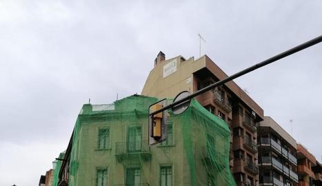 Els edificis estan coberts amb malles de seguretat.