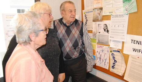 Usuaris de la tercera edat de Mollerussa consulten recomanacions pel coronavirus.