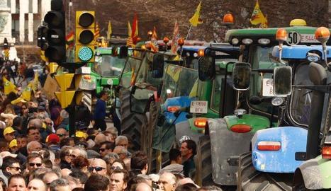 Tractors i pagesos es van apropiar ahir els carrers de Saragossa.