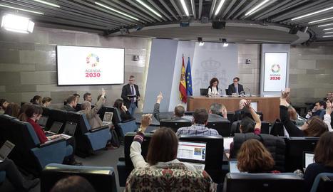 Els periodistes pregunten sobre les mesures pel coronavirus als ministres d'Hisenda i Sanitat.