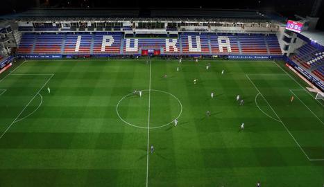 Una imatge insòlita d'un partit de la Lliga de Primera divisió disputat ahir a la nit entre Eibar i Reial Societat, sense públic a les grades.