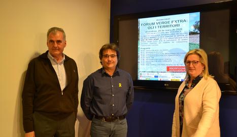L'alcalde de Torrebesses, Mario Urrea, l'alcaldessa de la Granadella, Elena Llauradó,i el diputat provincial Carles Gibert, presentant el 2n Fòrum Verge Extra.