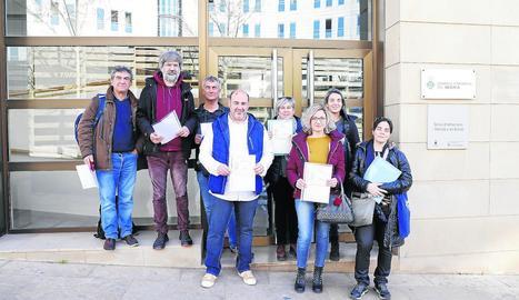 Representants de les Ampes, davant del consell comarcal.