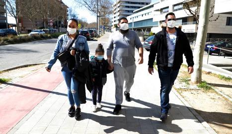 Una família surt del CAP Onze de Setembre de Lleida