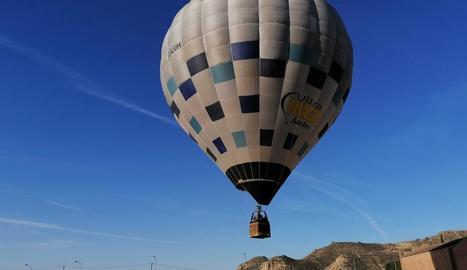 Els visitants poden elevar-se amb un globus sobre el mar rosa.