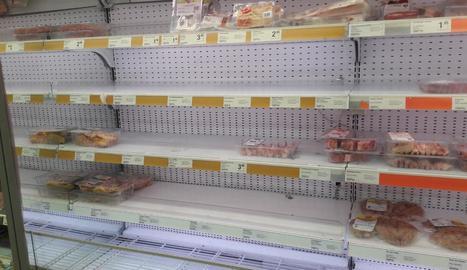 Compres compulsives - Consumidors lleidatans segueixen apostant per incrementar les vendes d'aliments, malgrat que tant els proveïdors com les cadenes de distribució i el comerç tradicional insisteixen que no hi ha ni hi haurà problemes per d ...