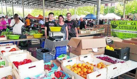 Imatge d'arxiu d'una parada de fruita al mercat de dissabte a Pardinyes.