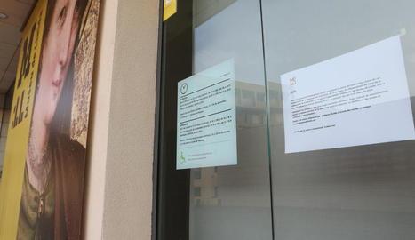 El Museu de Lleida, tancat amb el cartell informatiu (dreta).