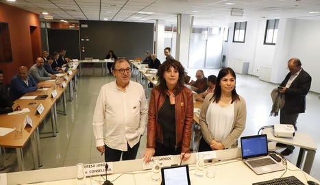 La consellera, al centre, poc abans de començar la reunió amb el sector fructícola a Lleida.