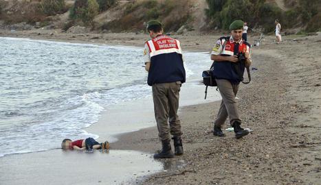 La foto del petit Alan ofegat a la platja va remoure consciències.