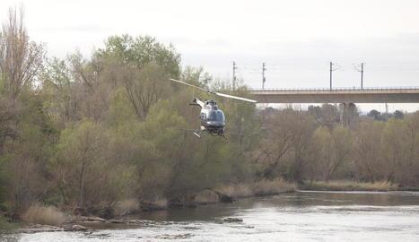 Imatge de l'helicòpter que es va encarregar ahir del tractament contra la mosca negra a Lleida.