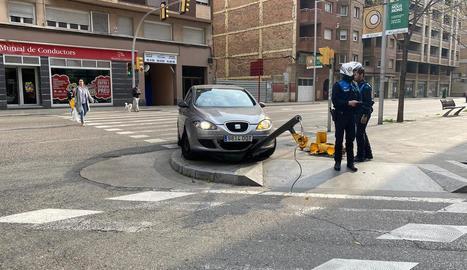 Un turisme s'encasta contra un semàfor a Príncep de Viana
