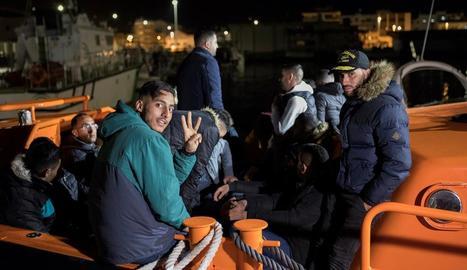Les persones rescatades a l'arribar al port de Motril dijous a la nit.