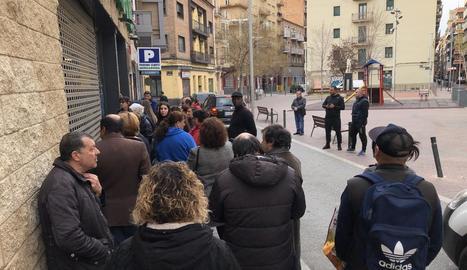 Cues per entrar en un supermercat al barri de Noguerola de Lleida, ahir.