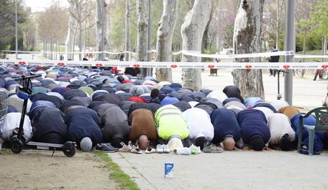 Els musulmans resen fora i dins del Palau de Vidre en dos grups