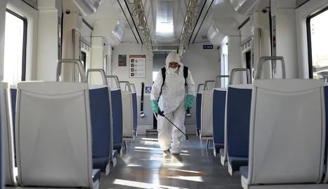 Un operari desinfecta un tren a la ciutat xilena de Valparaíso.