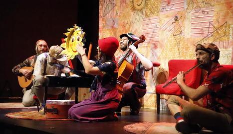 Com sona. La companyia va presentar al CaixaForum Lleida A cau d'orella, una mescla de jazz i música popular.