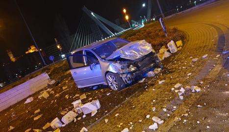 Imatge del vehicle, que van abandonar a sobre de la rotonda.