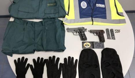 Uniformes policials i armes, entre els objectes intervinguts.