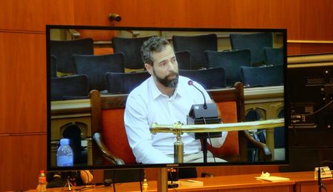 L'acusat, Albert López, durant la declaració vista en una pantalla habilitada per a la premsa.