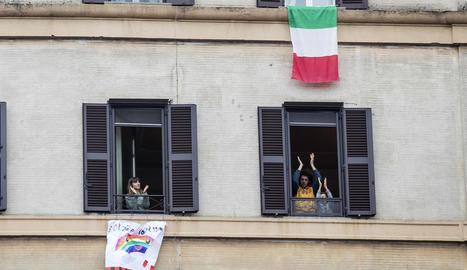 Italians aplaudien ahir els sanitaris des de casa.