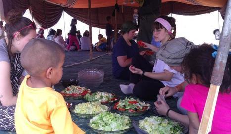 L'Alba, amb diadema rosa, ajuda els nens a preparar un àpat.