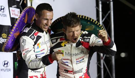 Sébastien Ogier i el seu copilot, Julien Ingrassia, celebren el triomf.