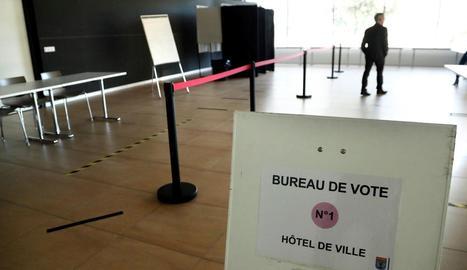 Imatge d'un col·legi electoral gal completament buit durant les eleccions municipals ahir.