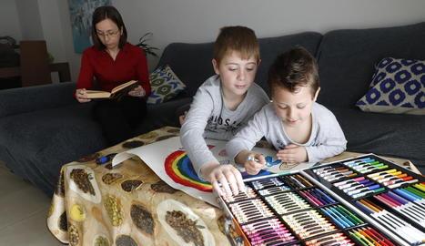 El dibuix i la lectura són algunes de les activitats preferides per fer en família a les llars lleidatanes aquests dies.