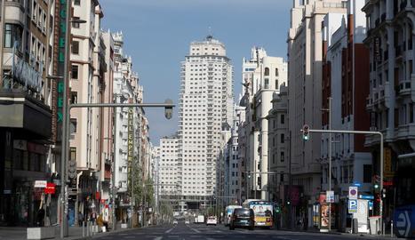 La Gran Via de Madrid oferia ahir una imatge atípica i gairebé buida de vehicles i vianants.