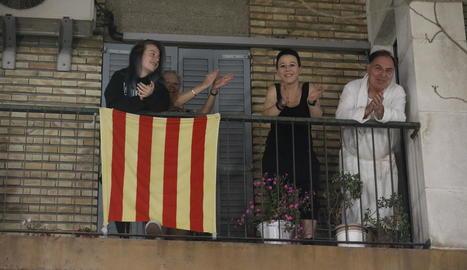 Els lleidatans van tornar a mostrar ahir suport al personal sanitari aplaudint des dels balcons.