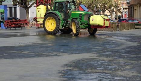 Imatge dels treballs de desinfecció d'ahir a Alcarràs.