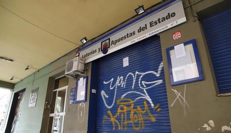 Una administració de loteria de la ciutat de Lleida, ahir amb la persiana abaixada.