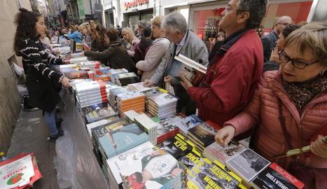 Una freqüentada parada de llibres a l'Eix Comercial de Lleida a Sant Jordi de l'any passat.