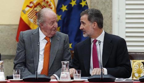 Imatge del mes de març passat del rei emèrit Joan Carles I amb el seu fill, el rei Felip VI.