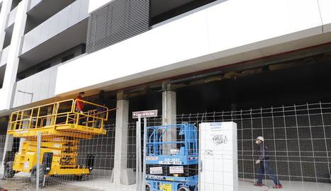 Operaris de la construcció, treballant ahir en un edifici a la ciutat de Lleida.